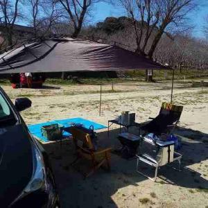 笠置キャンプ場で家内とジンギスカンを食べる