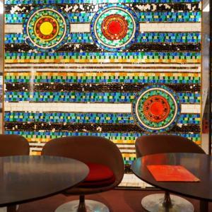 『King of Kings@西梅田駅駅』リーフレットの表示を飾った魅惑のステンドグラス【OsakaMetro純喫茶めぐり】