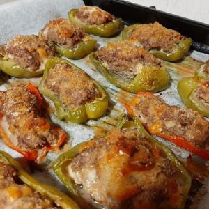 イタリア料理 パプリカの肉詰めオーブン焼き