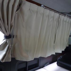 ハイエース快適化 カーテンがジャマだから固定してみた