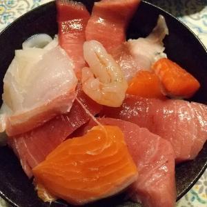 角上魚類の刺身で海鮮丼