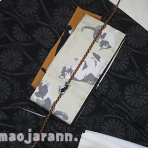 菊立涌の紬に猫猫コーディネート。