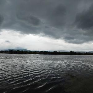 琵琶湖、突風がふいてもなお釣りを辞めぬ戦士たち