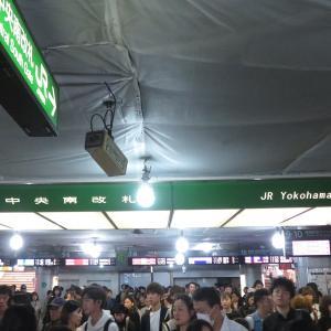 《JR東日本》【写真館137】更新で視認性ダウン???横浜駅の電光掲示板