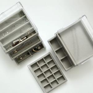 【100均】ダイソー透明三段ケース+ベロアケースを追加購入。仕切りを外せば時計やブレスレットもきれいに収納できる