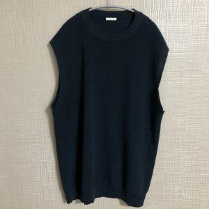 ジーユーのニットベストはTシャツ1枚じゃ肌寒いときに便利だよ。
