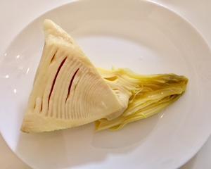 今日のお昼ご飯は、たけのこ ご飯だ!!めんつゆと市販の炊き込みご飯の素で味つけ。