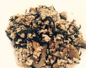 【簡単】ひじきの煮物にひき肉を入れて、ご飯にかけると美味しい。ひじきの煮物をボリュームアップ。