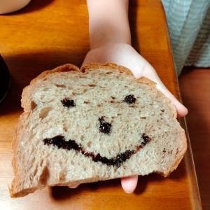 食パンに顔!/文鳥・ハムスターの様子