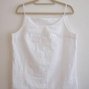 布帛の白いキャミソール