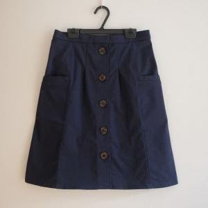 ポケット付きのフロントボタンスカート