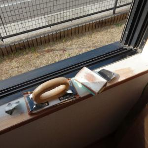 リビングの窓枠の木の補修