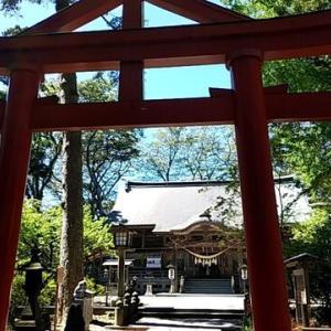 好きなように人生を思い描いて生きてみる。澄み切った青空のもと神社に参拝、銅板に名を刻む。