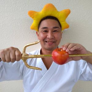 古武道の武具「サイ」に金色のシールを貼ってリンゴを刺してYouTube投稿しました♪