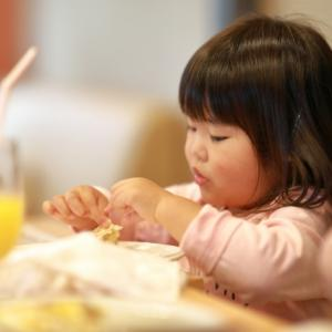 2歳の子がご飯を食べてくれない。 遊び食べには理由があった! 対策はどうする?