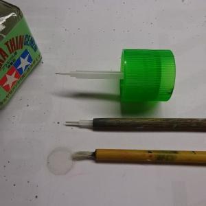 これは、接着剤専用の筆と言うことで