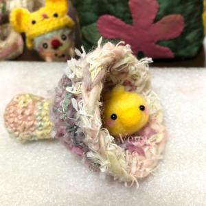 シロキツネノサカズキをイメージした編み物。キノコの形は、いろいろ。