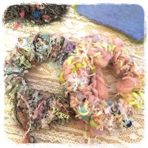 野原の花をイメージしたシュシュは、髪に留まりやすくて使いやすいもの。