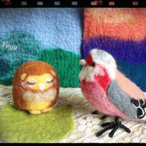 羊毛フェルトのフクロウとベニマシコは、故郷の森の中をイメージしたもの。