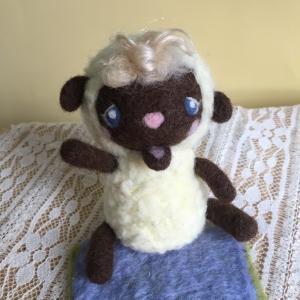 羊毛フェルトの、ひつじマスコット。一緒に成長していけたなら。