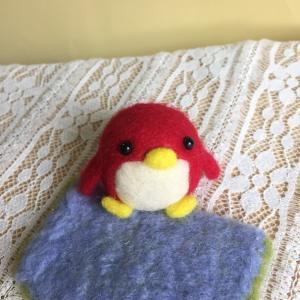 羊毛フェルトの赤いペンギンさん。哀愁漂う後ろ姿あり(笑)