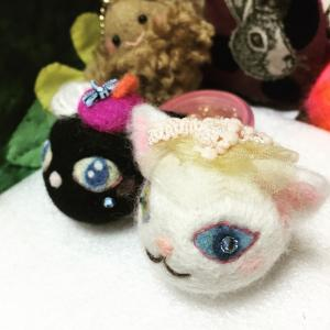 スワロフスキーが輝く、羊毛フェルトのシロネコマスコット。クロネコちゃんもいます(笑)