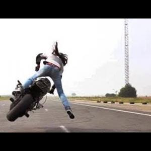 印象! 世界最高のガールスタントドライバー、スーパーバイク