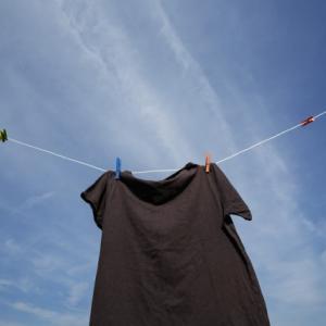 黒い服が洗濯で白くなるのは何が原因?簡単に復活させる方法はコレ!