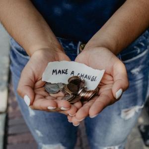 お金がない人の特徴5選!【食事や行動に理由あり】データで解説