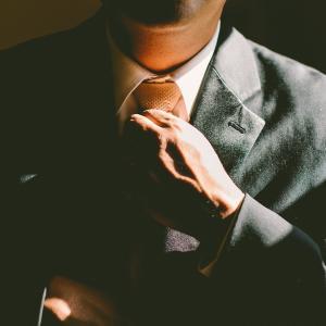 オフィスカジュアルはネクタイでブラッシュアップ!着こなし術をご紹介!