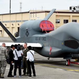 日本政府、無人偵察機「グローバルホーク」導入中止を検討か ・・・型落ちを買わされないで良かった? 簡単に撃墜されるしねw