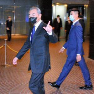 【画像】中国の王毅外相、黒マスク姿で来日! 菅、加藤、茂木、総出でお出迎えw ・・・だめだこりゃ!