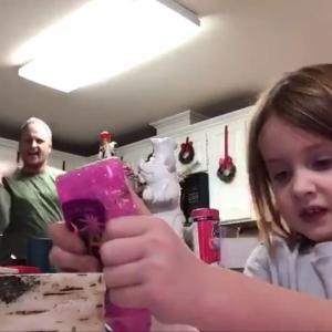 ほっこりw 女の子が小学校に提出する動画を撮影 後ろでパパがダンス→そのまま提出されてしまい世界中に大拡散
