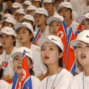 ツイート「北朝鮮応援団のキャップの出処が気になっていたんですが正規品だったみたい」 ・・・なるほど🤔