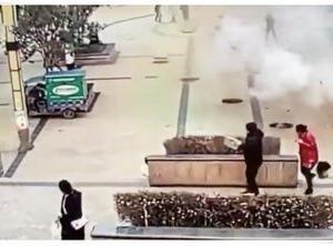 【動画】子どもが爆竹投下し大爆発! 5つのマンホールが同時に吹き飛び、逃げ惑う人々―中国