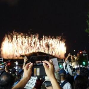 東京五輪 反対派、新国立競技場前でデモ中に花火の写真を撮り開会式を満喫