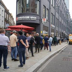 丸亀製麺 ロンドンに1号店オープン、行列100人超、かけうどん1杯約600円でも破格の安さ