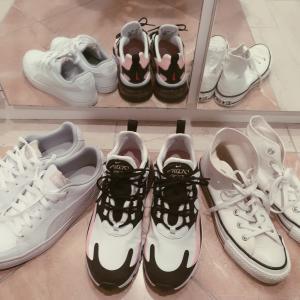 散歩にもお出かけにも、スニーカーは白と遊びがあれば万能です