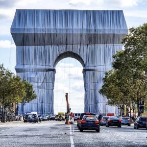 お見事!パリの凱旋門ラッピングアート