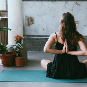 LAVAのホットヨガ『リラックスヨガ』プログラムは生理中や体験レッスンにおすすめ!参考になる口コミも公開!