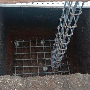 基礎に、コンクリートの流し込み作業