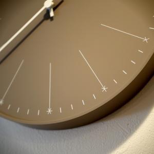 アナザースカイのスタジオデザイナーの時計