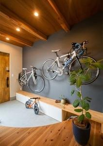【間取り】玄関:中庭を望む、ロードバイクを置き方を考えた玄関を紹介