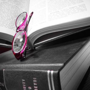 エンサイクロペディアアメリカーナ( Encyclopedia Americana)の辞書と赤いメガネの写真素材です。