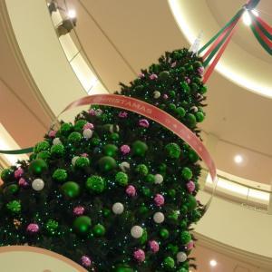 もうクリスマスが近いので、綺麗に飾られたクリスマスツリーの写真素材です。可愛いアルパカツリーもあるよ!!