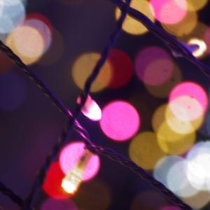 冬の夜を美しく演出する風物詩、夜のイルミネーションの著作権フリー写真素材その6です。