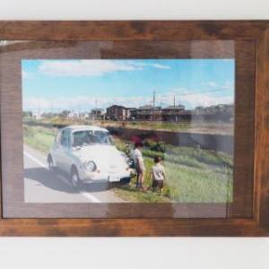 古いクルマを入れている車庫・・・木製ポスターフレーム使用例