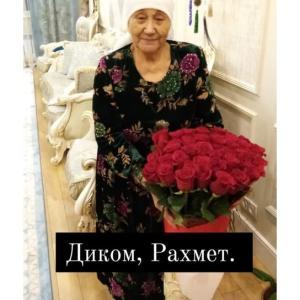 ディマシュ、母の日に赤いバラをプレゼント