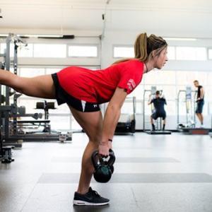 体幹の機能不全と女子アスリートの前十字靭帯損傷リスク(コア機能不全の不均衡は、大腿部の高さ不均衡(ジャンプのピーク時)、ジャンプ間の休止、着地場所の不一致がみられる)