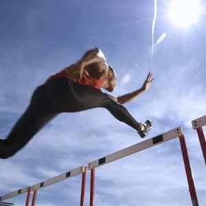 伸張-短縮サイクル:SSC(伸張反射による短縮性筋活動が生む収縮力が増強され、この反射は運動神経の興奮レベルと動作の振幅の小ささに影響する)